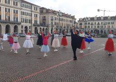 La Guida - In piazza con il tutù per celebrare la danza