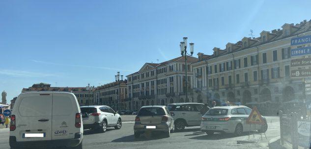 La Guida - Lieve incidente tra due auto in piazza Galimberti a Cuneo
