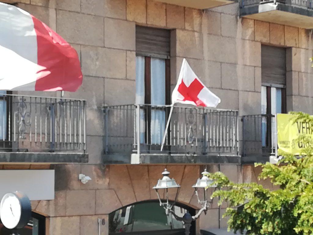 la bandiera della croce rossa sventola sul municipio