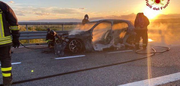 La Guida - Auto a fuoco completamente distrutta sulla Torino-Savona