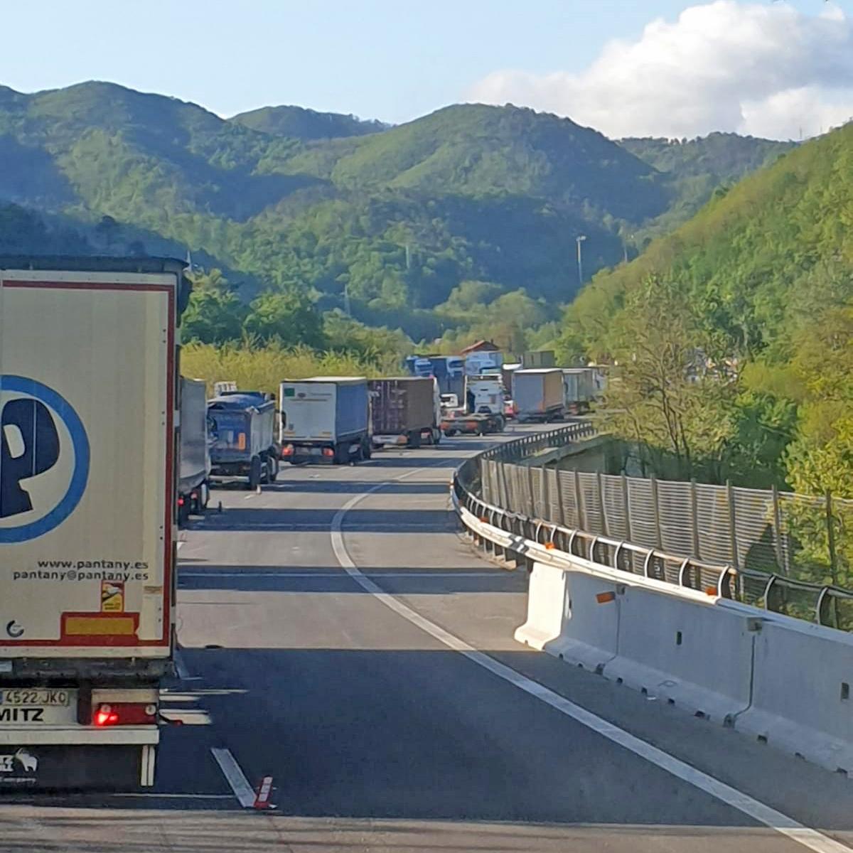 Tir in coda sull'autostrada della Liguria