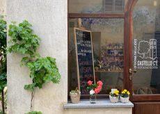 """La Guida - Le fioriture e le rose """"sospese"""" in dono ai visitatori del borgo"""