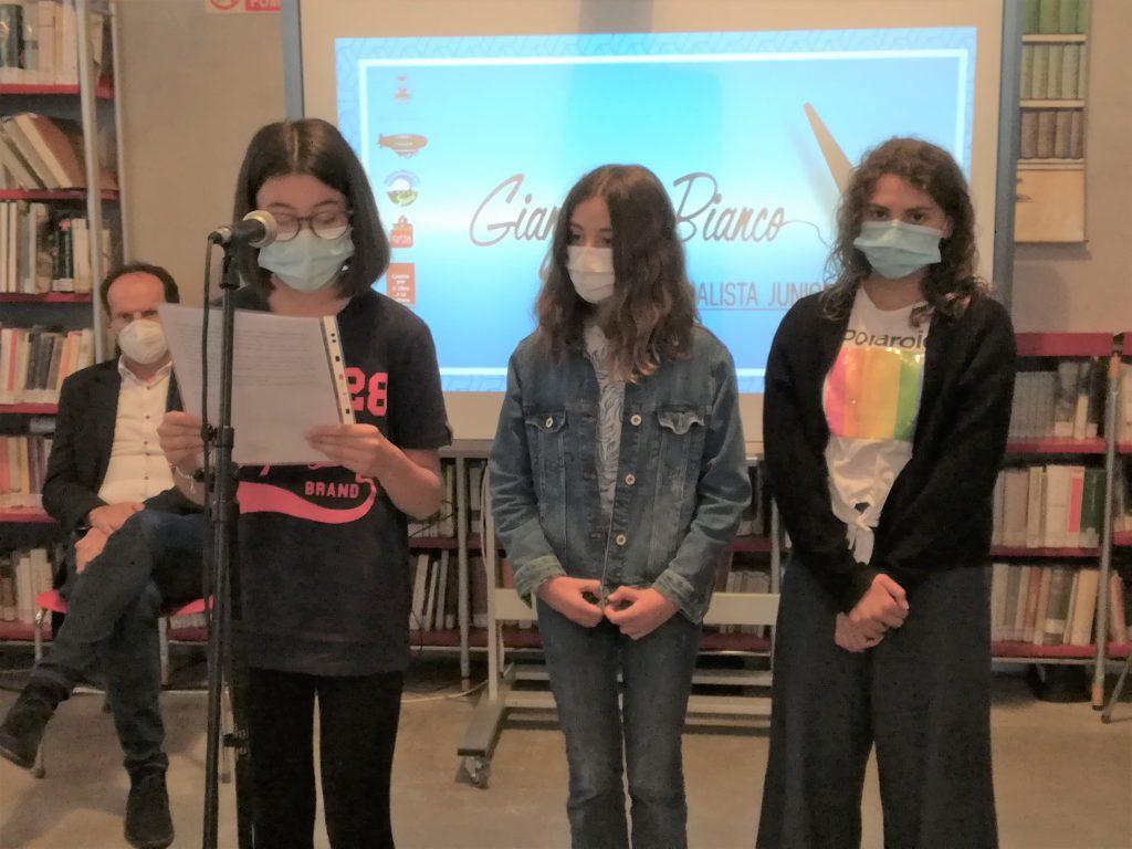 Tre ragazze con mascherina