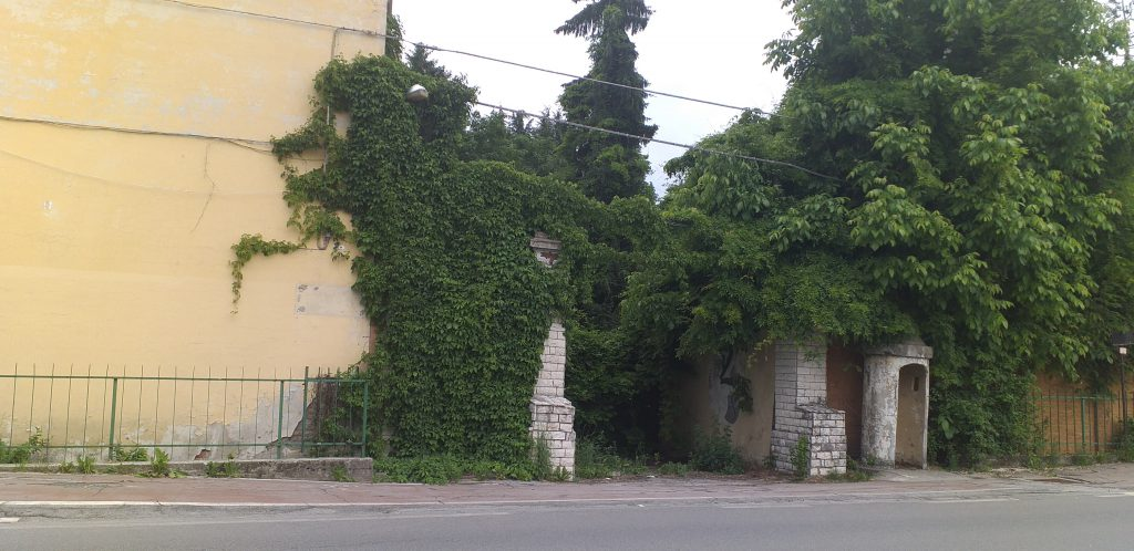 ingresso caserma sommerso da arbusti