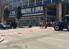 La Guida - Sfilata trattori per fine scuola (video)