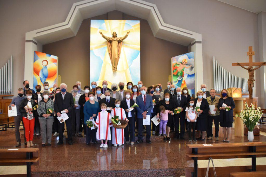 foto di gruppo nella chiesa di gesù lavoratore