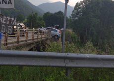 La Guida - Valgrana, automobile in bilico sul ponte di Santa Maria