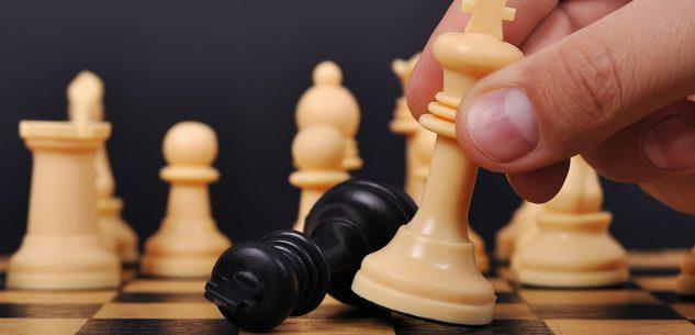 La Guida - Si gioca a scacchi e dama in via Silvio Pellico