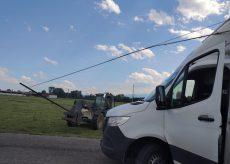 La Guida - Cadono i pali del telefono, un furgone rimane impigliato nei cavi