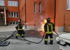La Guida - A Carrù incendiato un cassonetto dell'immondizia delle scuole elementari