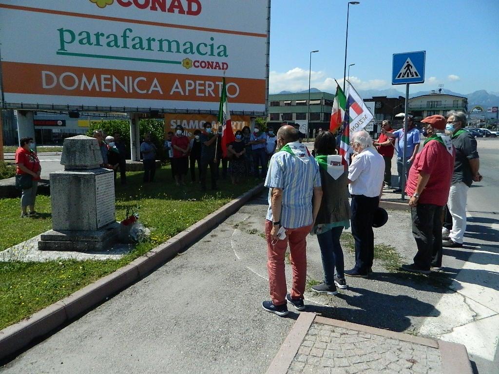 persone in raccogliemnto davanti al cippo di via Cuneo