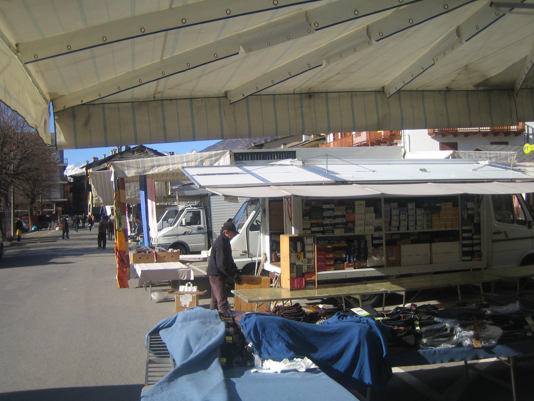 Sampeyre bancarelle mercato settimanale