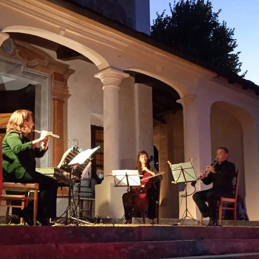 musicisti che suonano davanti al santuario di Monserrato