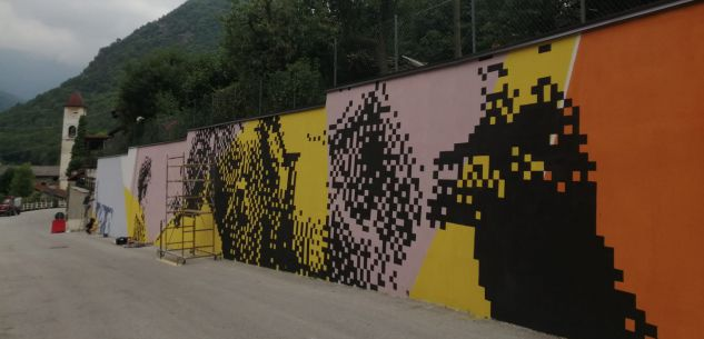 La Guida - A Moiola lo street artist Krayon lavora a un'opera di pixel art