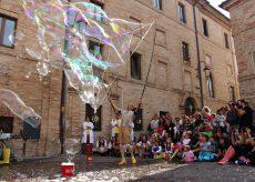 La Guida - Teatro, bolle di sapone e clownerie al parco La Pinetina