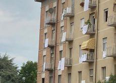 La Guida - Q-Day: lenzuola bianche per manifestare contro il degrado della zona della stazione