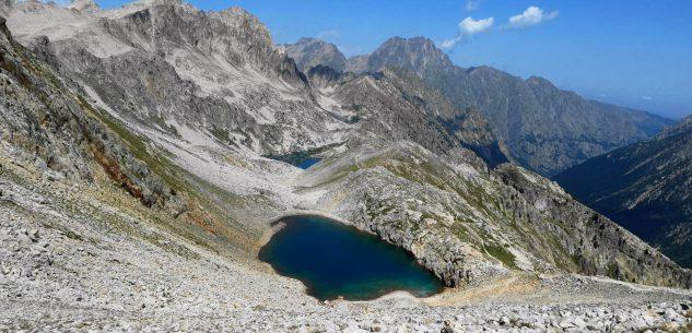 """La Guida - Laghi e cima di Fremamorta, l'""""acqua rossa"""" nel vallone di Valloriate"""
