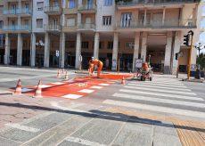 La Guida - Riverniciata delle strisce pedonali in Corso Nizza