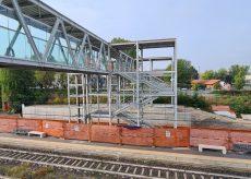 La Guida - La passerella sopraelevata sui binari alla stazione di Alba
