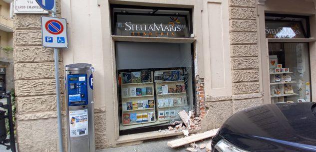 La Guida - Sfonda con l'auto una vetrina in via Carlo Emanuele a Cuneo