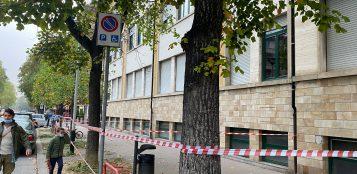 La Guida - Si staccano pezzi dalla facciata della scuola Luigi Einaudi, marciapiede bloccato
