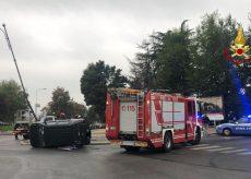 La Guida - Cuneo, auto urta spartitraffico e si rovescia, nessun ferito