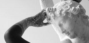 La Guida - Le finzioni del marmo e le statue tatuate del cuneese Fabio Viale a Torino